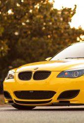 黄色のBMW M5のiPhone8 PlusのHD壁紙