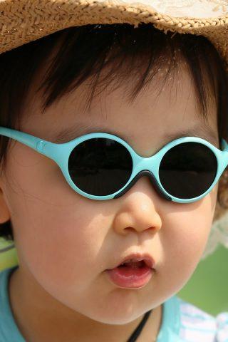 メガネや帽子iPhone 5壁紙を身に着けているかわいい赤ちゃん