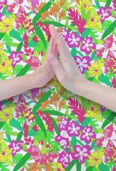 触る手と春の花iPhone6壁紙