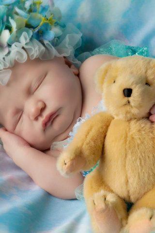 かわいい赤ちゃんの寝るテディベアiPhone6壁紙