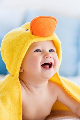 黄色のタオルでかわいい赤ちゃんiPhoneX壁紙