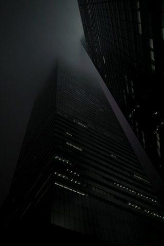 霧で覆われた夜間の高層ビルiPhone5壁紙