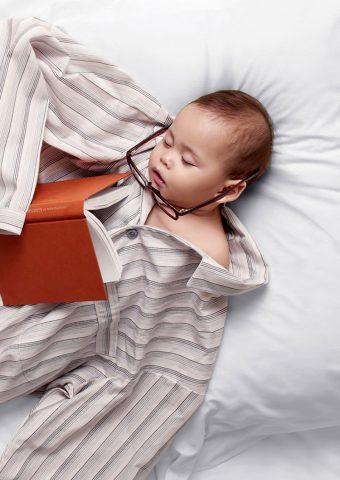 子供パジャマおかしい帳サングラス眠れるベッドiPhone8Plus壁紙