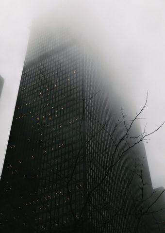 霧に覆われた超高層ビルiPhone7Plus壁紙
