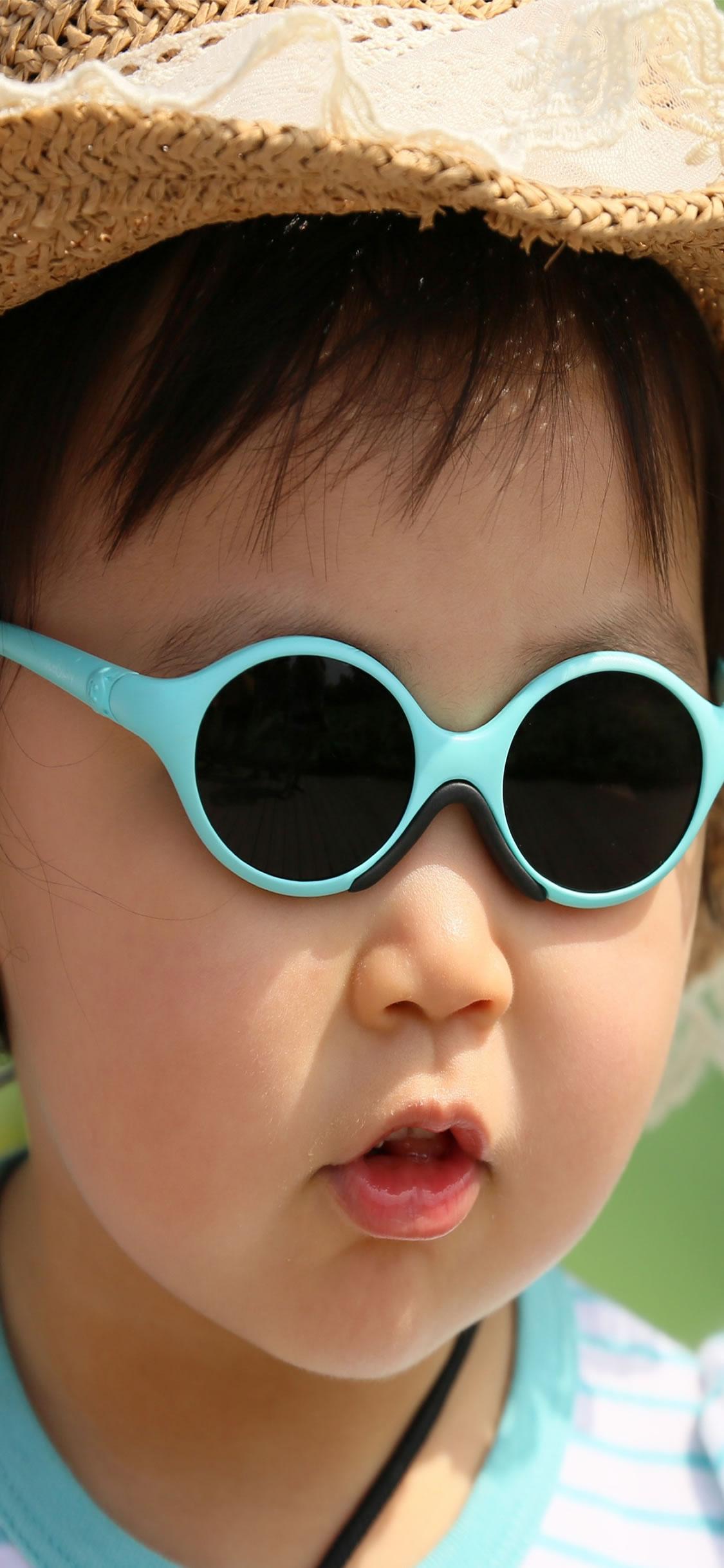 かわいい赤ちゃんの眼鏡と帽子を着てiphonexs壁紙 1125 2436