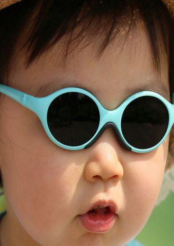 かわいい赤ちゃんの眼鏡と帽子を着てiPhoneXS壁紙