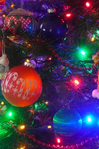 カラフルなクリスマスライトデコレーションiPhone8Plus壁紙