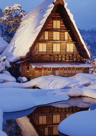 冬の雪ロッジ湖光反射iPhone6壁紙