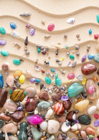 砂の上のカラフルな貝殻iPhone 8 Plus/Android壁紙