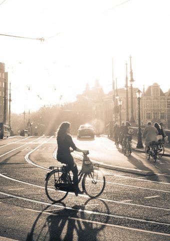 市内の自転車の女の子iPhone 7/Android壁紙