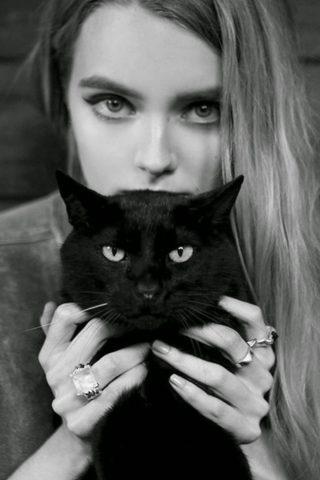 黒い猫とブロンドの女の子iPhone 7 Plus/Android壁紙