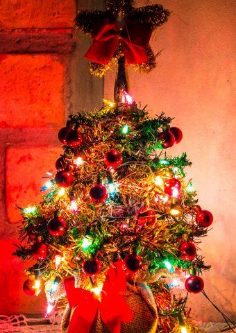 クリスマスツリーの飾り花輪スマホ壁紙