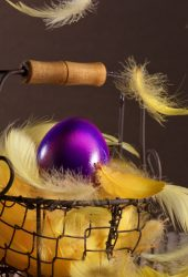 イースターバスケットの羽の卵 iPhone 8 Plus/Android 壁紙