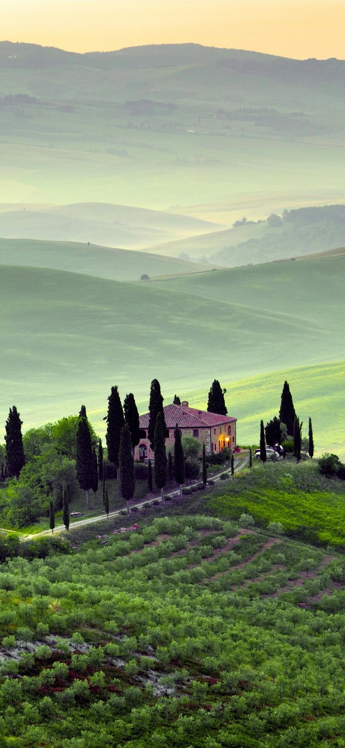 イタリア、トスカーナの丘の邸宅のスマホ壁紙