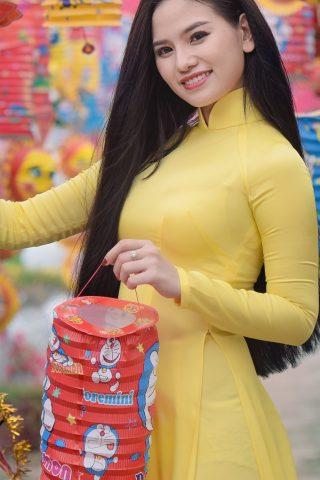黄色のドレスを着たアジアの女性のスマホ壁紙